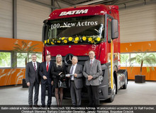 Obraz  In Mercedes factory in Germany Batim received the 100th Mercedes Actros. In the ceremony participated:  Dr Ralf Forcher, Christoph Stemmer, Barbara Edelmuller-Generaux, Janusz Rembilas, Bogusław Dzieżok.